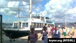 Пасажирський катер у Севастополі на Графській пристані