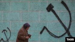 Современные коммунистические партии от Москвы до Берлина выступают за недопустимость коллективной вины в отношении преступлений их предшественников, и обслуживают недовольную действиями правительства часть общества