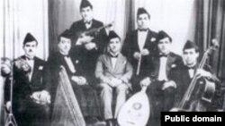 محمد القبانجي يتوسط الجوق الموسيقي الإذاعي