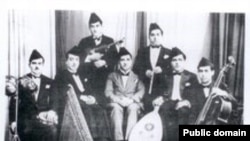موسيقيون عراقيون يعتمرون السِدارات