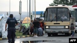 Migrantët në Greqi duke u evakuuar nga kampet e improvizuara dhe me autobusë dërgohen në kapacitetet shtetërore