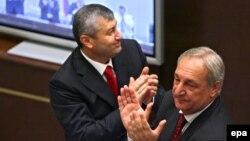 Эдуард Кокойты (слева) и Сергей Багапш на внеочередной сессии Совета Федерации РФ. Москва, 25 августа 2008 г.