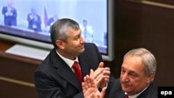 Separatçı Cənubi Osetiyanın prezidenti Eduard Kokoytı və Abxaziya prezidenti Sergey Baqapş Federasiya Şurasının qərarını alqışlayırlar, Moskva, 25 avqust 2008
