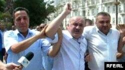 Ариф Гаджилы во время разгона пикета в июле 2008 года