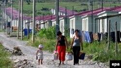Поселение Церовани было построено после войны 2008 года. Сегодня там проживает более двух тысяч семей вынужденных переселенцев