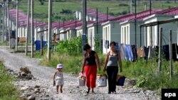 Жители села Кехви выбрались из цхинвальской тюрьмы при содействии комиссара Совета Европы по правам человека: сегодня они живут по соседству в поселении для беженцев в Церовани