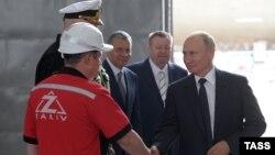 Владимир Путин на церемонии закладки боевых кораблей для Военно-морского флота России на судостроительном заводе «Залив» в Керчи, 20 июля 2020 года