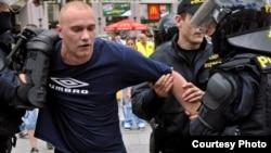 Poliția cehă reține un demonstrant extremist (Foto AP)