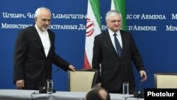 Министр иностранных дел Ирана Мохаммад Зариф и министр иностранных дел Эдвард Налбандян на совместной пресс-конференции в Ереване, 28 ноября 2017 г.