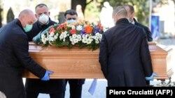 حمل تابوت یکی از قربانیان ویروس کرونا در شهر برگامو ایالت لومباردی ایتالیا.
