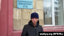 Ахмет ауылы тұрғыны Николай Синявин Қарағанды облысы соты ғимараты алдында тұр. 13 қазан 2015 жыл.