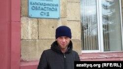 Житель села Ахмет Аулы Николай Синявин возле здания Карагандинского областного суда. 13 октября 2015 года.