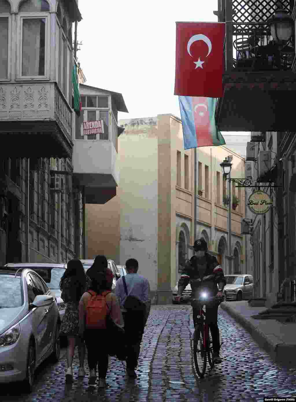 Флаги Турции и Азербайджана, вывешенные на улице в центре Баку, 23 октября 2020 года. Турцию и Азербайджан связывают тесные культурные и исторические связи