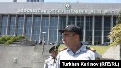 Arxiv fotosu: Azərbaycan Milli Məclisinin binası qarşısında keçirilən etiraz aksiyasını polsi dağıdarkən, 12 iyun 2012