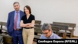 """Съиздателят на """"Капитал"""" и """"Дневник"""" Иво Прокопиев, съпругата му Галя и Трайчо Трайков в съдебната зала в събота"""