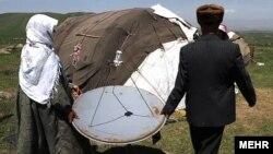 عشایر ایرانی در حال نصب بشقاب ماهواره بر روی چادر خود.