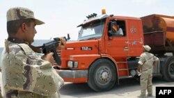 صهريج ينقل النفط في نقطة تفتيش عراقية في الزبير