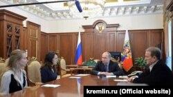 Віктор Медведчук (п) на зустрічі президента Росії Володимира Путіна із Маріанною Волошиною і Катериною Корнелюк