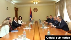 Nagorno-Karabakh - Former U.S. Ambassador John Evans (second from left) and Armenian-American philantropist Garo Armen meet with Karabakh Armenian leaders in Stepanakert, 29Jun2016.