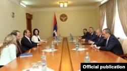 Nagorno-Karabakh - Former U.S. Ambassador John Evans (second from left) and Armenian-American philantropist Garo Armen meet with Karabakh Armenian leaders in Stepanakert, 29Jun2016.
