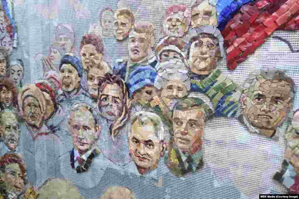 Една от снимките на MBK показва все още недовършената мозайка, на която се виждат Путин, министърът на отбраната Сергей Шойгу и други действащи в момента руски политици.