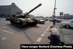 Женщина молится перед танком, Москва, 24 августа 1991 года