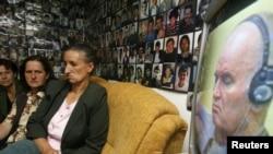 Bosnieci privind la televizor prima audiere a lui Mladic la Haga