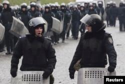 Внутрішні війська на чергуванні на місці нещодавніх сутичок з протестуючими, Київ, 17 лютого 2014 року
