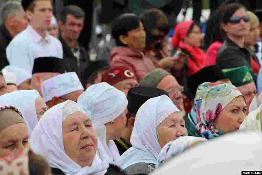 Өйлә намазына җыелган халык Татарстан президентының килүен көтә