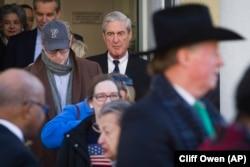 Специальный прокурор Роберт Мюллер (справа на заднем плане) выходит из церкви в Вашингтоне, где он побывал на богослужении в день обнародования выводов доклада