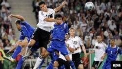 Баллак в борьбе за верховой мяч в игре Германия-Азербайджан, Ганновер, 9 сентября 2009