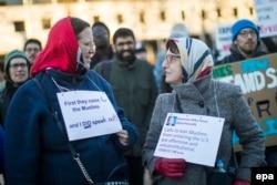 Участники протестной акции против указа Трампа