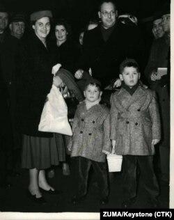 Vladimir Velebit sa suprugom i sinovima Vlatkom i Duškom (39) po dolasku na Viktoriju