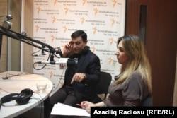 Müşfiq Abbasov və Sevda Babayeva. M.Abbasov proqrama telefonla qoşulan qonaqlara cavab verir.