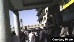 صدها کارگر معترض کارخانه لاستیک البرز در محوطه وزارت کار و امور اجتماعی در تهران تجمع کردند.