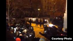 Милиция разбирает баррикады, оттесняя демонстрантов. Киев, 10 декабря 2013 года.