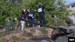 Спостерігачі слідкують за відведенням сил біля Петрівського, архівне фото