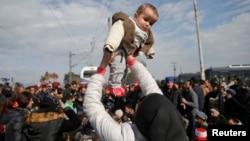 Грекия мен Македония шекарасындағы теміржолды бөгеп тұрған мигранттар. Грекия, 3 наурыз 2016 жыл.