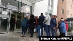 """Članovi i podržavaoci grupe """"Pravda za Davida"""" ispred Osnovnog suda u Banjaluci"""