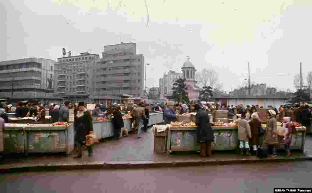 A Bucharest fruit market in 1986. Outside of the capital, people were limited to buying five eggs, half a kilo of sugar, and half a kilo of cooking oil per month. Half a loaf of bread was allowed per day and only 6 kilograms of red meat was permitted a year.