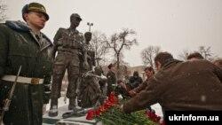 Покладання квіті до пам'ятника загиблим «афганцям» до річниці виведення СРСР військ із Афганістану. Київ