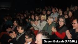 """""""Арт-Театрда"""" """"Көшкін"""" спектаклін көріп отырған жұрт. Кельн, 28 ақпан 2013 жыл"""