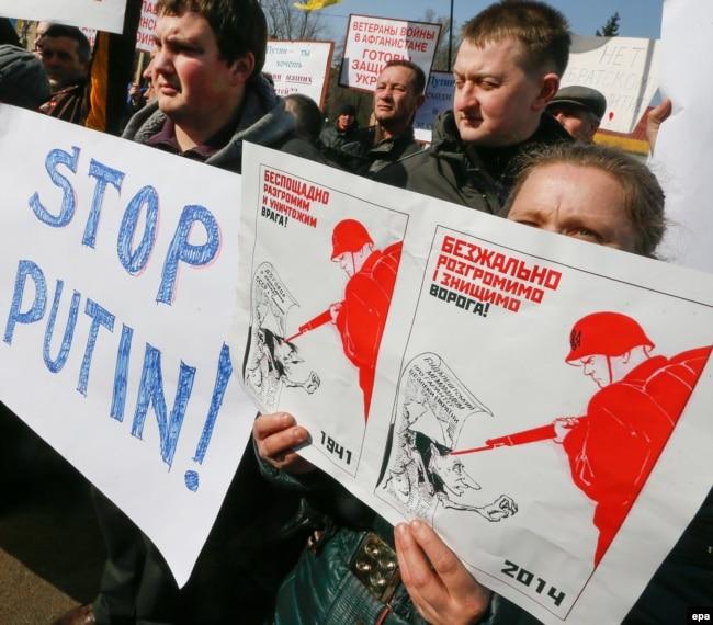 Акція протесту біля посольства Росії в Україні. Київ, 7 березня 2014 року