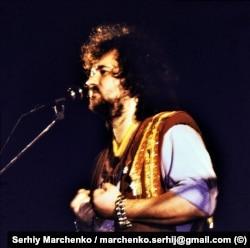 Український співак Тарас Петриненко під час першого фестивалю «Червона рута». Він був і членом журі. Виступаючи на сцені фестивалю, проігнорувавши сценарій, він виконав пісню про Народный рух України, за що його ледь не відправили з Чернівців