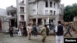 На месте теракта у консульства Индии. Джелалабад, 3 августа 2013 года.