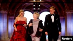 Regina Beatrix însoţită de noul rege Willem-Alexander şi soţia sa Maxima
