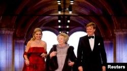 Уходящая королева Нидерландов Беатрикс (в центре), ее сын, новый король Виллем-Александр, и его супруга Мáксима