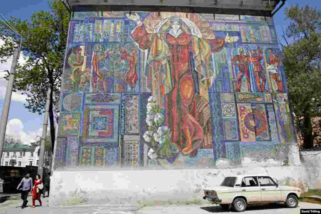 Еще одно красочное мозаичное панно советских времен в Таджикистане.