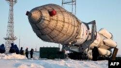 """Российская ракета-носитель """"Протон"""" устанавливается на стартовой площадке космодрома Байконур. 15 февраля 2014 года."""