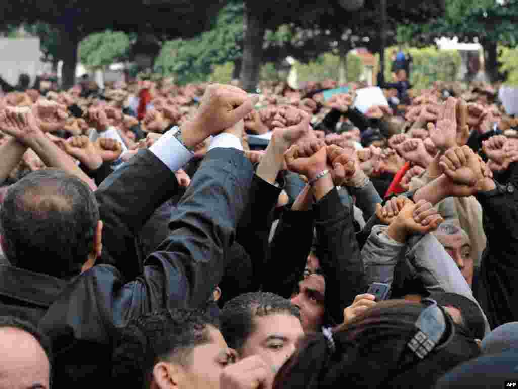 Туниста халык урамга чыгып, президентның китүен таләп итте. Президент иленнән чыгып качты.
